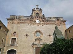 Die Wallfahrtskirche (Basilika) im Innenhof der Anlage