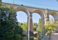 """Die Passerelle, auch """"Alte Brücke"""" genannt, überspannt das Petruss-Tal"""