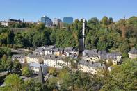 Blick auf den Panoramaaufzug vom Pfaffenthal hinauf zur Oberstadt