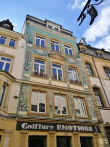 """Jugendstilfassade in der Einkaufsstraße """"Grand Rue"""""""