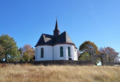 Die Kreuzkapelle auf einem Hügel oberhalb von Bad Camberg