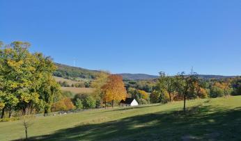 Blick vom Waldrand oberhalb von Dombach in die Hügel des Taunus