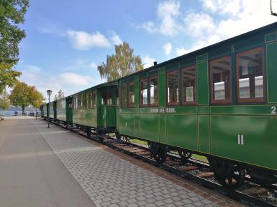 Die Chiemsee-Bahn an der Anlegestelle der Fahrgastschiffe in Prien