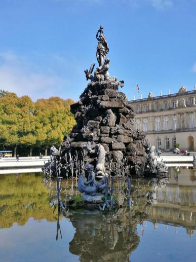 Große Skulpturen links und rechts der zentralen Sichtachse in den Garten