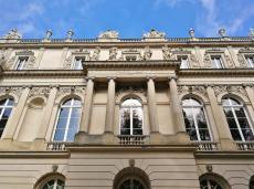 Fassadendetail mit zahlreichen Skulpturen