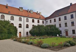 Ehemaliges Augustiner-Chorherrenstift mit Dom (Altes Schloss)