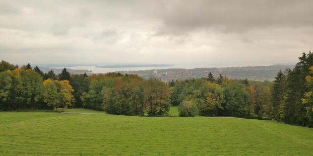 Blick von der Seiseralm zum Chiemsee. In der Bildmitte: Die Herreninsel.