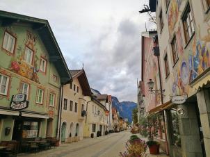 """Häuser in der Münchner Straße, der alten """"Ausgeht-Straße"""" von Garmisch"""