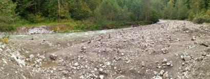 Feld mit Steinmännchen am Zusammenfluss von Ferchenbach und Partnach