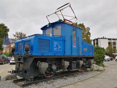 Ehemalige Lokomotive der Zugspitz-Bahn vor dem Rathaus