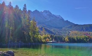 Blick vom glasklaren Eibsee hinauf zur Zugspitze