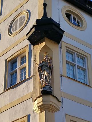 Heiligenfigur an einem Stadthaus