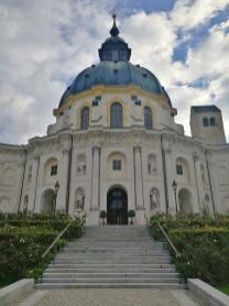 Nach außen präsentiert sich die zwölfeckige Kirche mit einer konvexen Fassade bestehend aus drei Flügeln