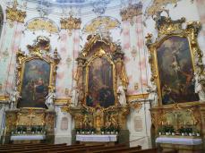 Heiligenbilder links vom Zugang zum Hochaltar
