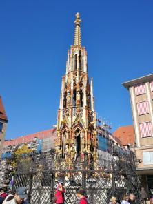 """Der """"Schöner Brunnen"""" am Hauptmarkt, wo auch der tradtitionelle Christkindlesmarkt statt findet"""