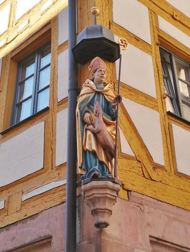 Heiligenfigur an einem Haus in der Krämergasse
