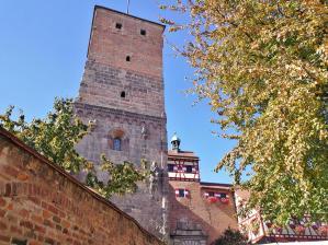 Der Heldenturm im Vorhof der Burg