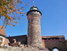 Blick vom Innenhof auf den Sinwellturm