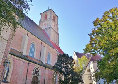 Die Kirche St Jakob und dahinter das ehemalige Schloss