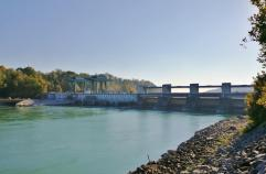 Hinter der großen Staustufe am Wasserkraftwerk wirkt der Inn schmal und seicht