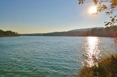Vor dem Wasserkraftwerk Wasserburg staut sich der Inn zu einem breiten See auf