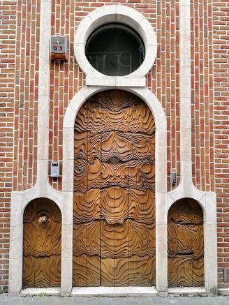 Kunstvolle Haustür an einem modernen Stadthaus um Jugendstil
