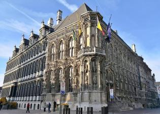 Seitenansicht des Rathaus