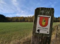 Auf dem Kaiser-Karl-Weg geht es zunächst in den Wald hinter dem Hatzevenn