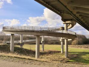Betonspirale: Der Fahrradweg hinauf zur Flughafenbrücke