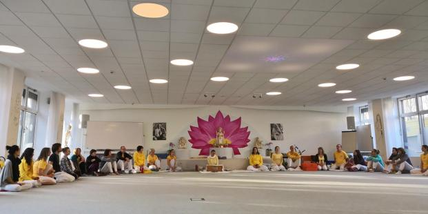 Unsere Yogaleher-Ausbildungsgruppe in dem frisch rennovierten Ausbildungssaal
