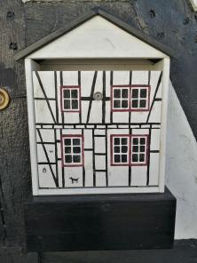 Briefkasten an einem Wohnhaus in Rhöndorf