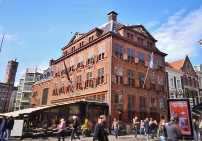 "Geschichtsträchtiges Hotel- und Restaurant ""'t Goude Hooft"" am Beginn der Hoogstraat"