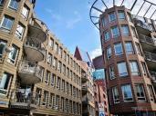 Blick durch die modernen Wohn- und Geschäftshäuser am Rande des Hochhausviertels