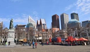Blick vom zentralen Marktplatz zum Hochhausviertel