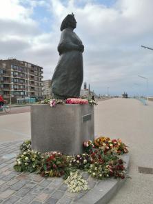 """Die Skulptur """"Vissers Namen"""" an der Strandpromenade erinnert an alle Fischer und Seeleute aus Scheveningen, die auf dem Meer ihr Leben ließen"""