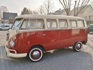 Chicer alter VW-Bus auf einem Parkplatz in Dieblich