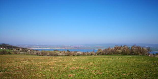 Tief blau liegt der See da