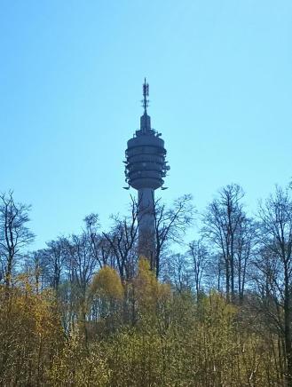 Der 94 Meter hohe Funkturm auf dem Hauptkamm des Gebirges