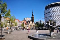 Vorne der Richard-Wagner-Platz mit dem Pusteblumen-Brunnen, hinten das Hotel-Fuerstenhof und die Evangelisch-Reformierte Kirche von Leipzig