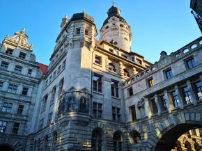 Seitenblick auf das Neue Rathaus