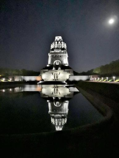 Vollmond über dem Völkerschlachtdenkmal