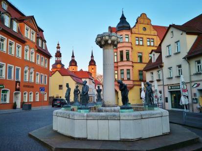 Der Knappenbrunnen mit den Türmen der Andreaskirche im Hintergrund