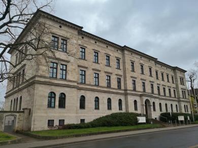 Neoklassizistisches Gebäude des Amtsgerichts auf dem Petersberg