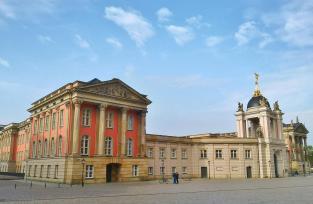 Das Fortunaportal am Alter Markt, die Rückseite des wiederaufgebauten Stadtschlosses gegenüber der St. Nicolai-Kirche