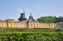 Die Neuen Kammern mit der Holländer-Mühle im Hintergrund