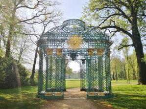 Einer von mehreren eisernen Gartenpavillons im Park Sanssouci