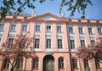 Alles so schön rosa hier - prächtige Fassade mit blühenden Kirschbäumen gegenüber der Alten Wache