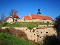 Weg durch den Burggraben hinunter zur Altstadt