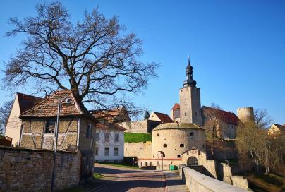 """Weg von der Altstadt zur Burg: Vorne das Nordost-Rondelll, dahinter der Pariser-Turm und ganz rechts der Rundturm """"Dicker Heinrich"""""""