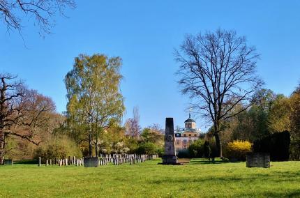 Blick über den Sowjetischen Soldatenfriedhof mit dem Schloss Belvedere im Hintergrund